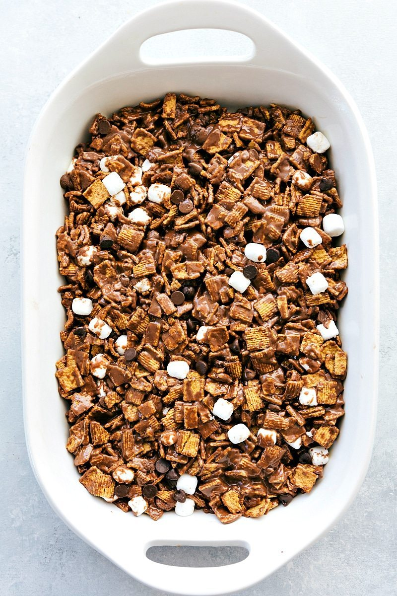 6-ingredient NO BAKE S'mores Bars!! These smores bars are unbelievably delicious and so easy to make! I via chelseasmessyapron.com