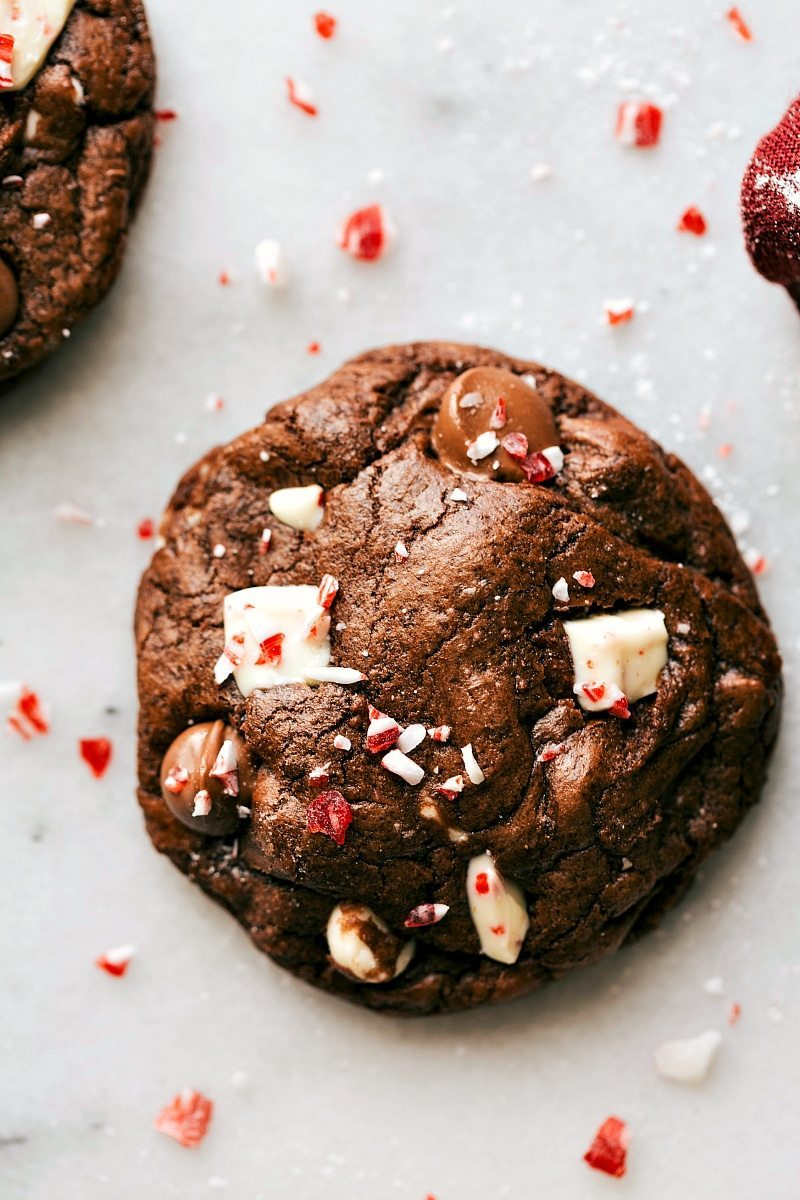 PEPPERMINT BARK BROWNIE COOKIES! Easy to make brownie cookies with chunks of peppermint bark and a sprinkle of crushed peppermint. These cookies are ultra fudgy AND easy to make! via chelseasmessyapron.com