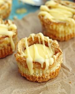 miniature cinnamon roll cheesecakes - a super easy and delicious dessert