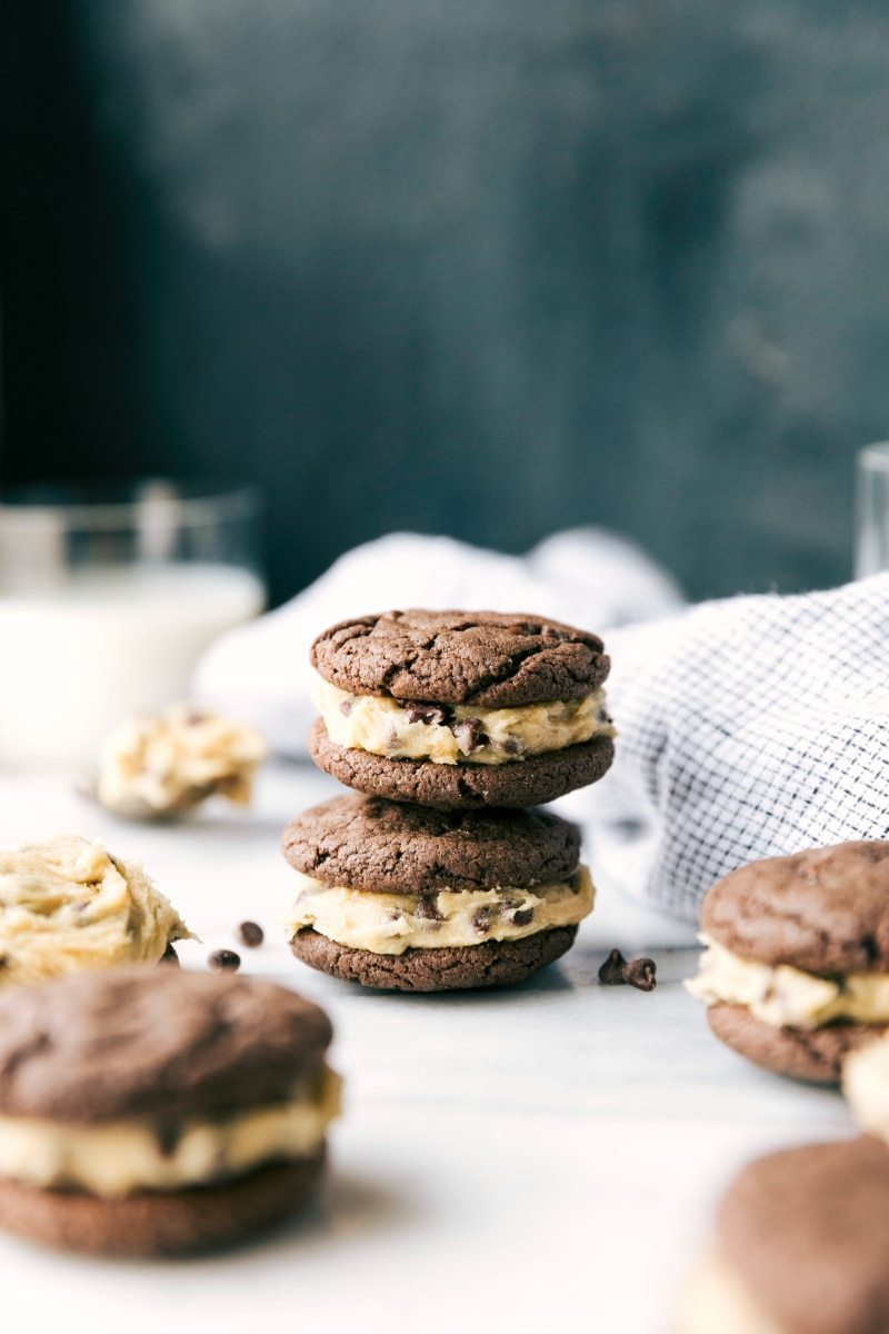 COOKIE DOUGH OREOS: Cookie dough frosting in between two soft chocolate cookies. The chocolate cookies have only 4 ingredients and take less than 5 minutes to make I via chelseasmessyapron.com