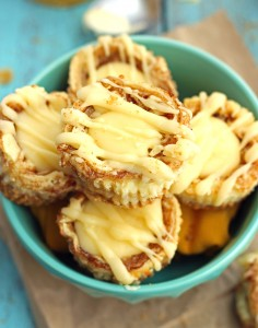 Miniature Cinnamon Roll Cheesecakes - super easy and delicious dessert!