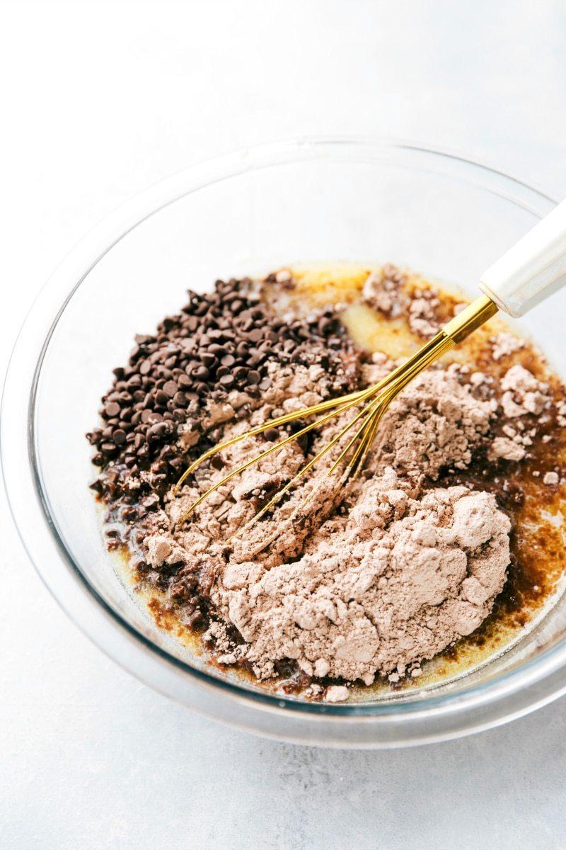 3-Ingredient NO BAKE brownie fudge bites! I via chelseasmessyapron.com