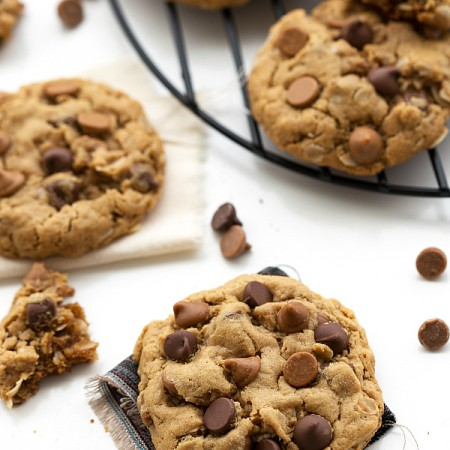 A gluten-free, healthy breakfast cookie made with peanut butter and old-fashioned oats as the base. There is no flour, no butter, and no oil included! These cookies can be ready in 20 minutes flat!