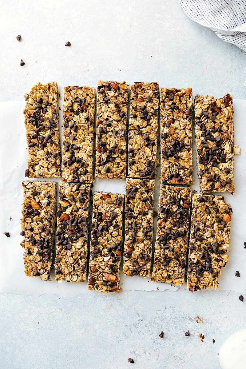 """""""Chewy"""" Granola Bar Copycat! Soft, chewy, and utterly delicious homemade granola bars that everyone will love! Recipe from chelseasmessyapron.com"""