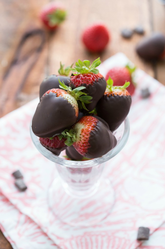 Chocolate-Covered Strawberry Frozen Yogurt Cones (A healthier option!) I via chelseasmessyapron.com I #strawberryfrozenyogurt #dessert