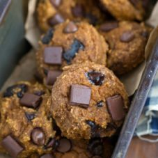 Healthy and flourless pumpkin chocolate chip cookies
