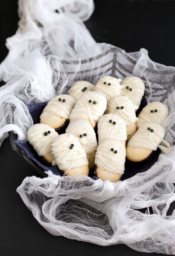 Easy Mummy Milanos - a super quick and fun Halloween treat