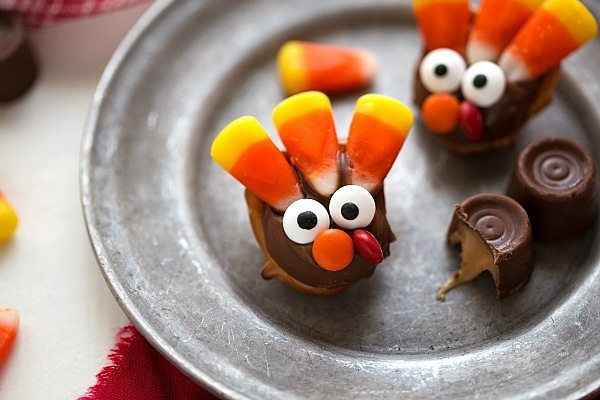 Five ingredient easy chocolate caramel pretzels decorated to look like Turkeys. A cute treat that can double as a fun table decoration!