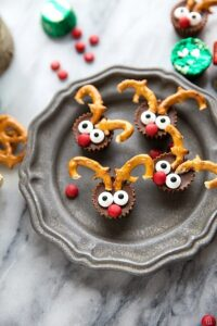 The easiest Christmas treat: 5-ingredient miniature reindeer candies. Great for a holiday gathering/entertaining!