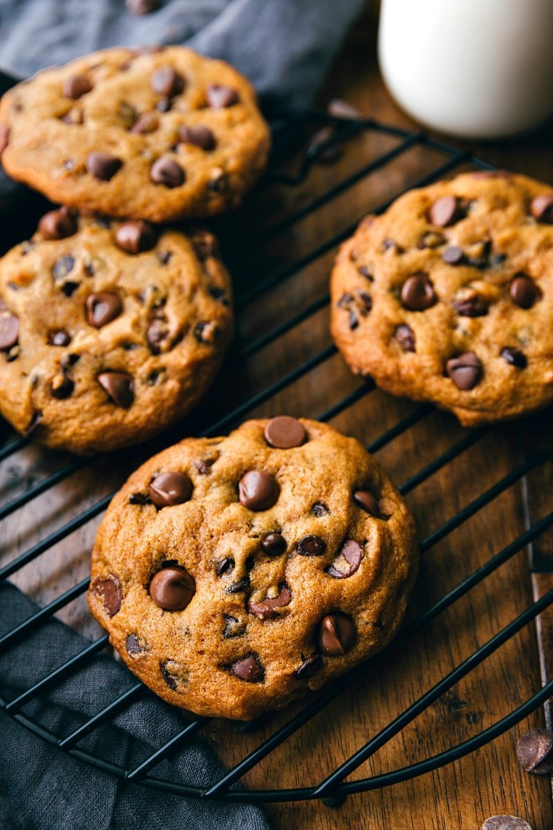 Super big, chewy and soft, muffin-top like pumpkin chocolate-chip cookies that taste like they are straight from a bakery! These bakery-style pumpkin cookies are made in ONE bowl! via chelseasmessyapron.com