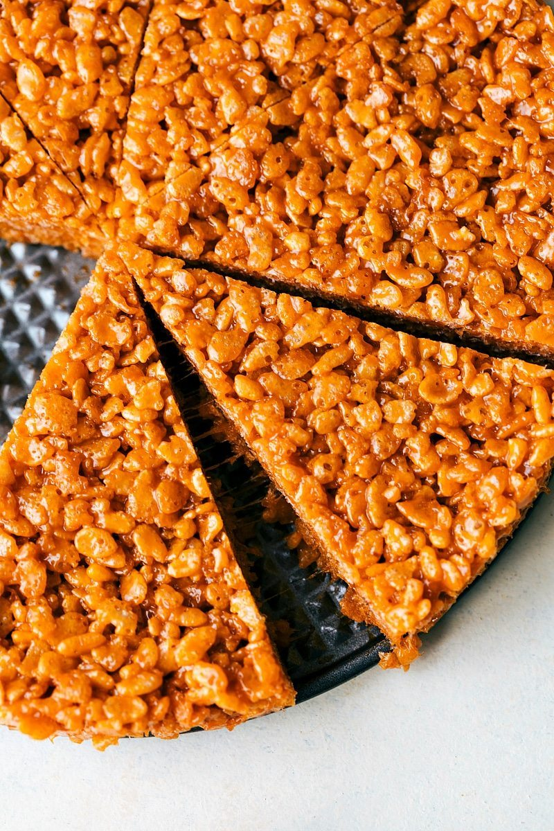 CANDY CORN KRISPIE TREATS! The absolute best peanut butter krispie treats decorated to look like candy corns with melted white and milk chocolate topping! Recipe from chelseasmessyapron.com