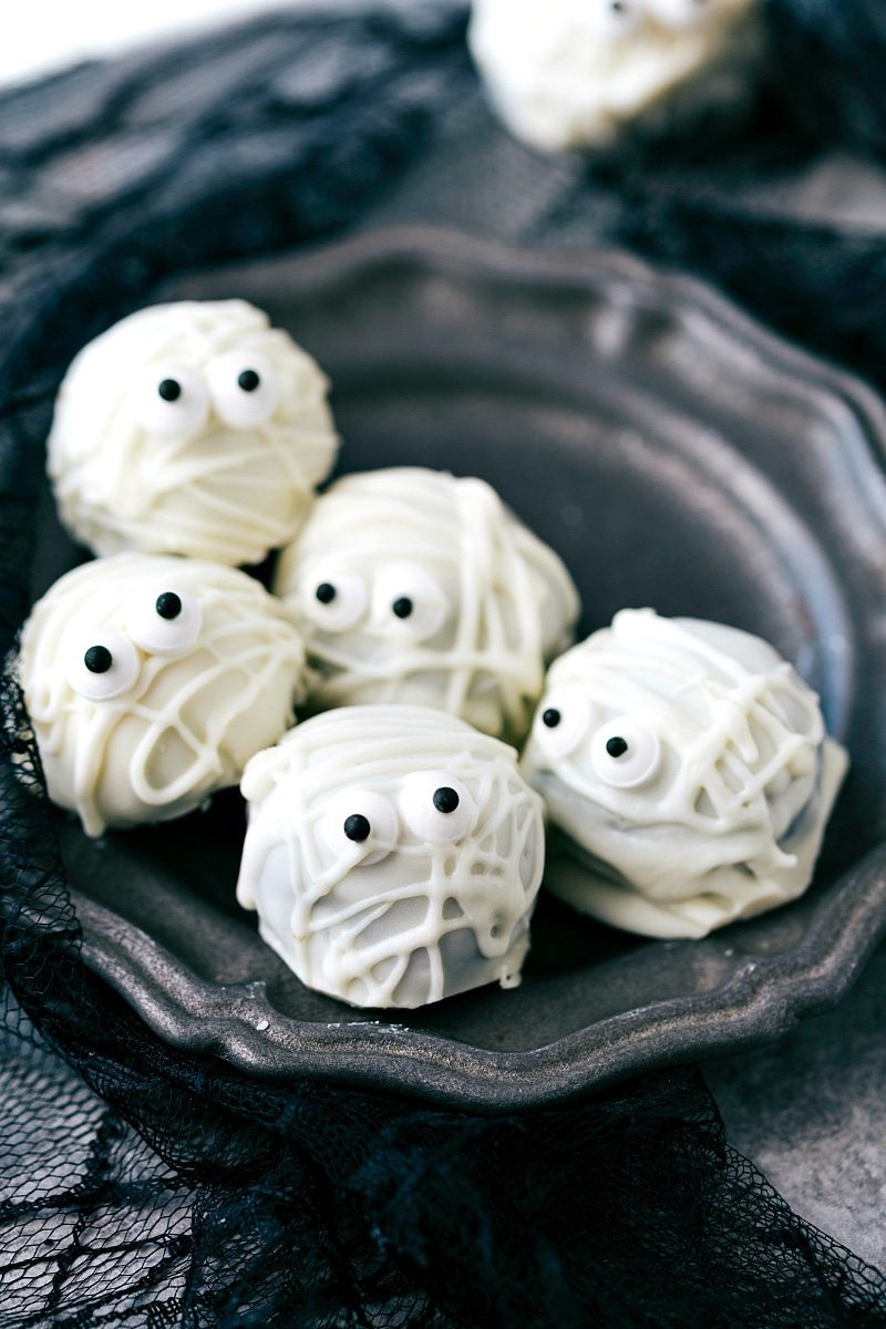 MUMMY OREO BALLS 4 adorable and festive Halloween Oreo Balls -- monsters, pumpkins, bats, and mummies; each made with 5 ingredients or less! via chelseasmessyapron.com