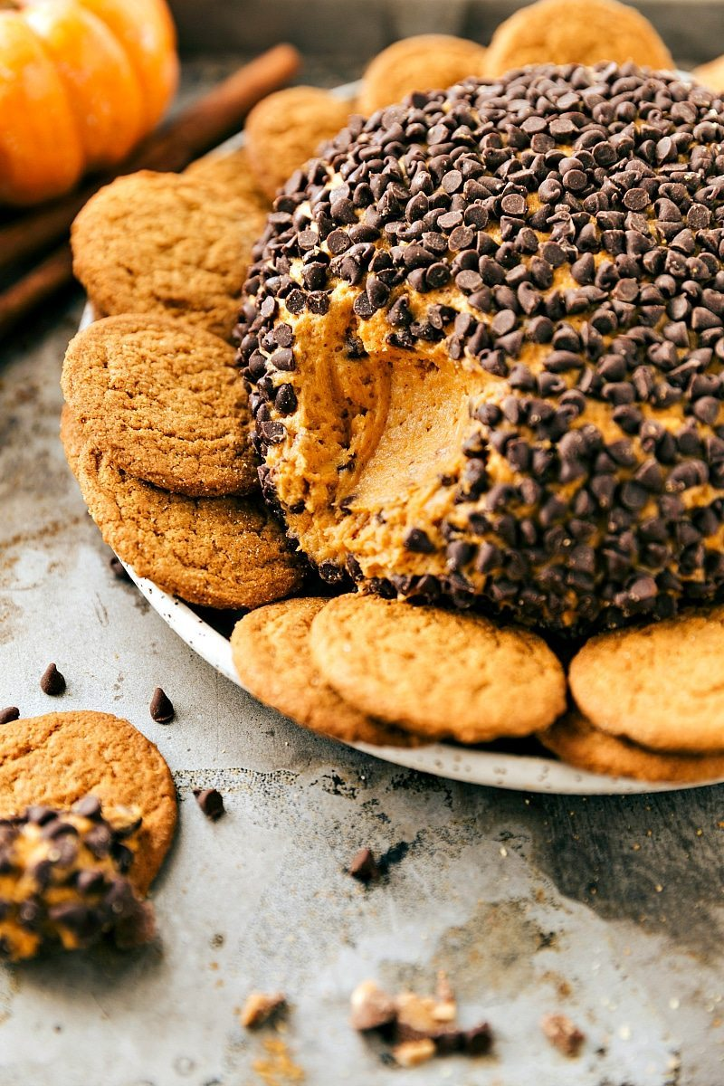 PUMPKIN CHEESECAKE BALL! The perfect Fall/Thanksgiving dessert appetizer! A pumpkin chocolate-chip toffee cheesecake ball bursting with pumpkin spice flavor. via chelseasmessyapron.com