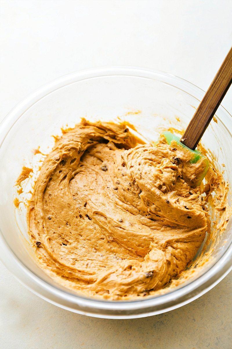 PUMPKIN CHEESECAKE BALL! The perfect Fall/Thanksgiving dessert appetizer! A pumpkin chocolate-chip toffee cheesecake ball bursting with pumpkin spice flavor. Recipe via chelseasmessyapron.com