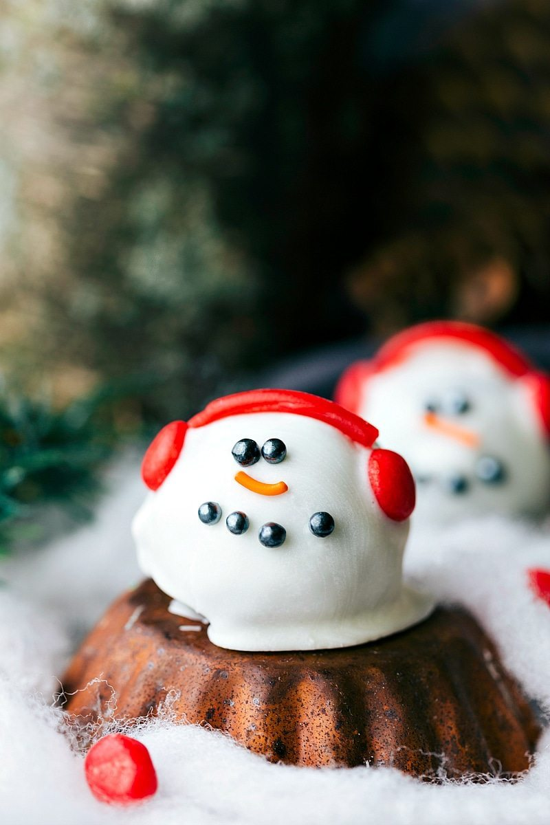 SNOWMAN OREO TRUFFLE plus four other easy oreo ball recipes for Christmas I via chelseasmessyapron.com