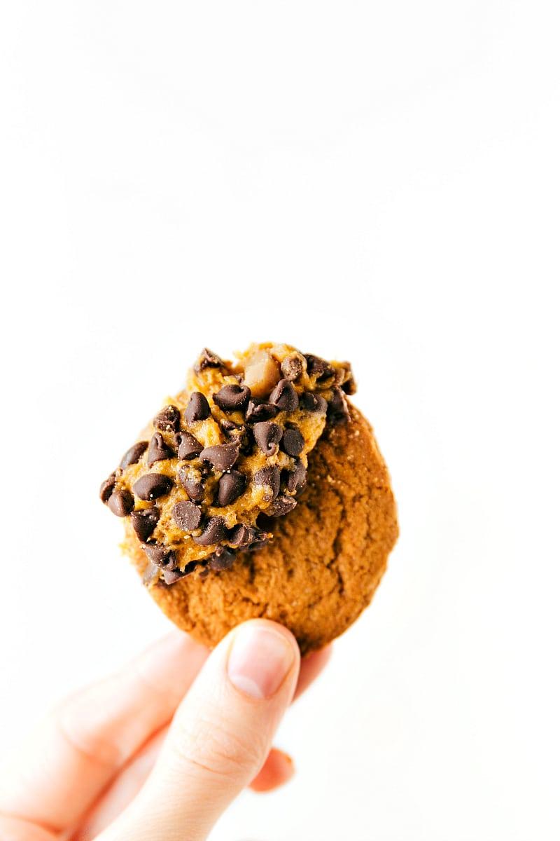 PUMPKIN CHEESECAKE BALL! The perfect Fall/Thanksgiving dessert appetizer! A pumpkin chocolate-chip toffee cheesecake ball bursting with pumpkin spice flavor. Recipe from chelseasmessyapron.com