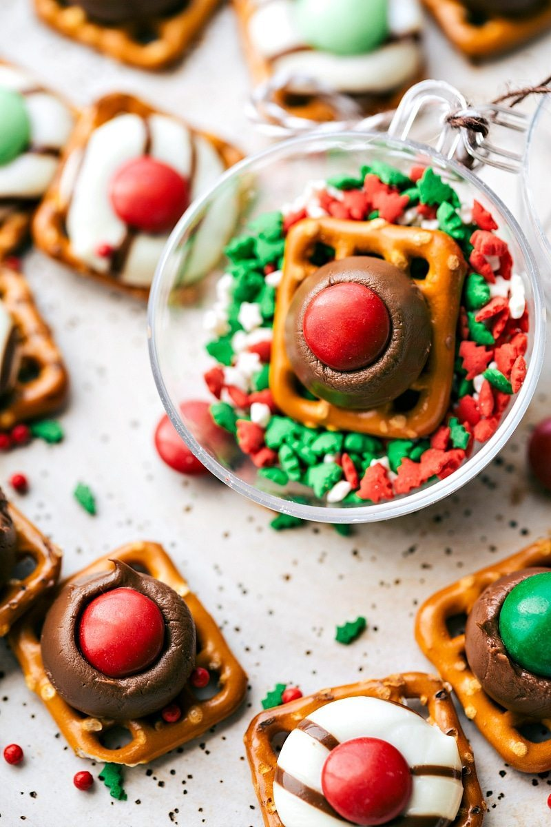 The BEST & easiest 3-ingredient Christmas treats -- perfect for giving to neighbors, bringing into work, taking to a party, or enjoying with your family! Homemade white chocolate peppermint hearts, pretzel hug/kiss bites, thin mint oreo cups, and easy turtles. via chelseasmessyapron.com