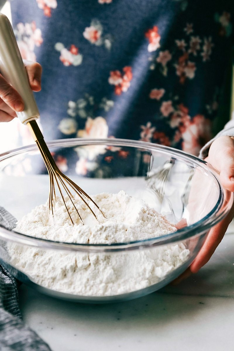 The BEST EVER easy pie crust! Lots of tips and tricks! Recipe via chelseasmessyapron.com