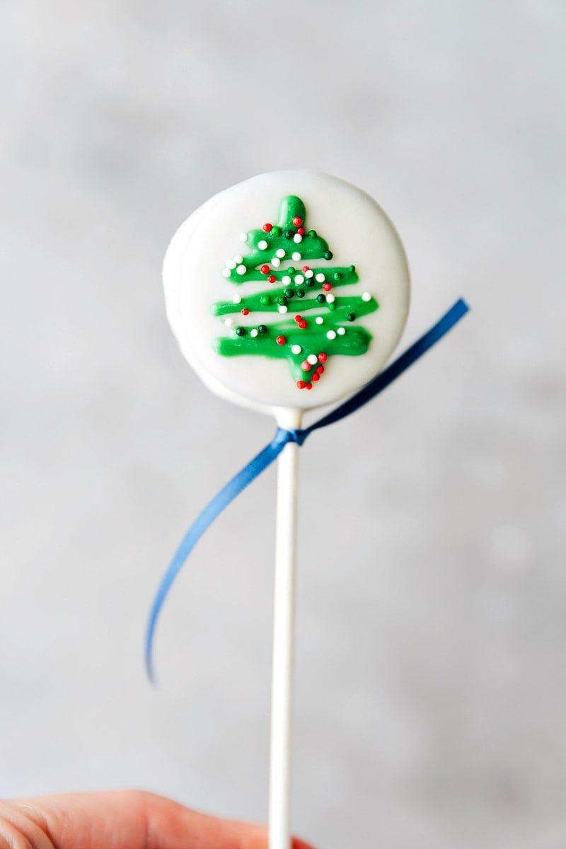 CHRISTMAS TREE OREO POP! 4 adorable and simple to make Christmas oreo pops: a snowman, a Christmas tree, an ornament, and a polar bear. via chelseasmessyapron.com