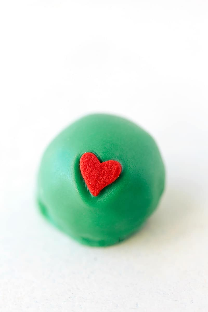 GRINCH OREO TRUFFLE plus four other easy oreo ball recipes for Christmas I Christmas Oreo Balls! I via chelseasmessyapron.com