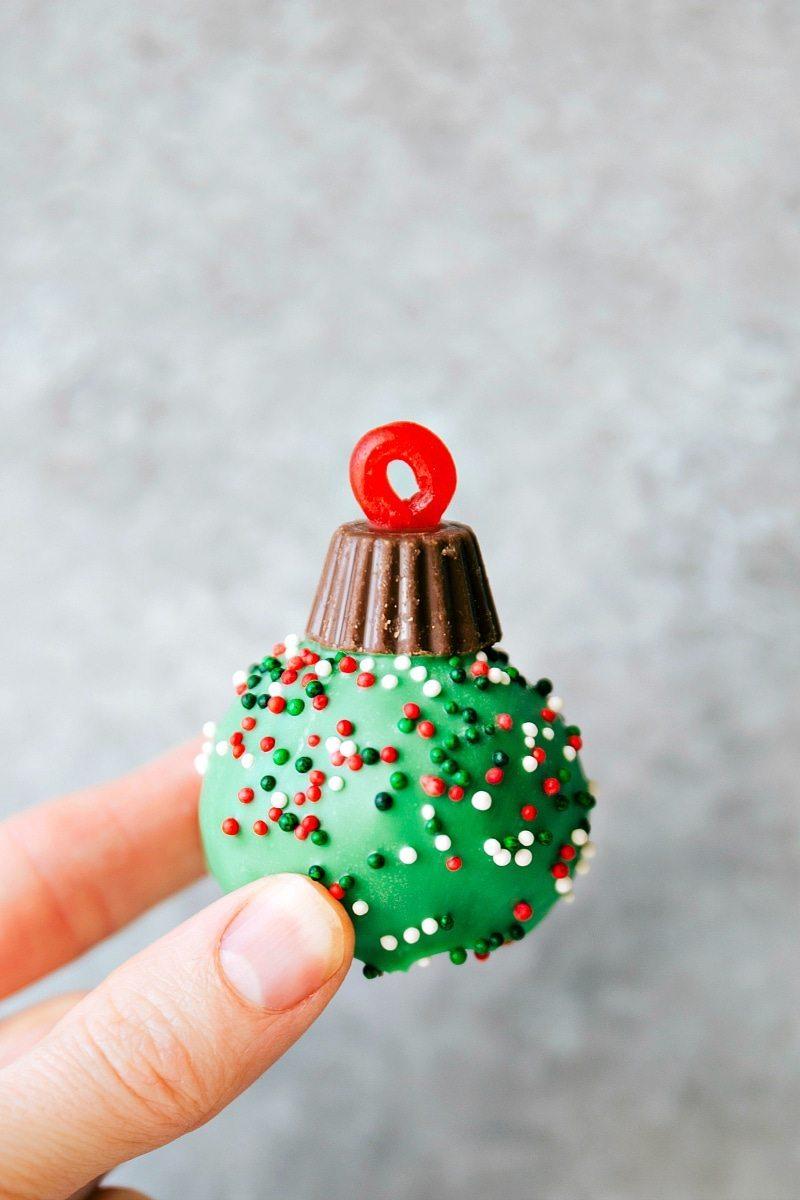 ORNAMENT OREO TRUFFLE plus four other easy oreo ball recipes for Christmas I via chelseasmessyapron.com