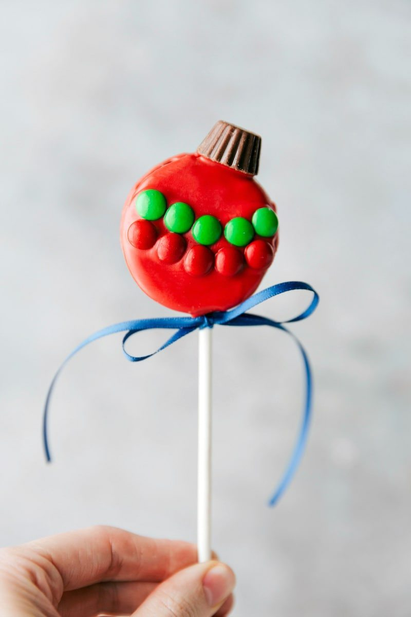 ORNAMENT OREO POP! 4 adorable and simple to make Christmas oreo pops: a snowman, a Christmas tree, an ornament, and a polar bear. via chelseasmessyapron.com