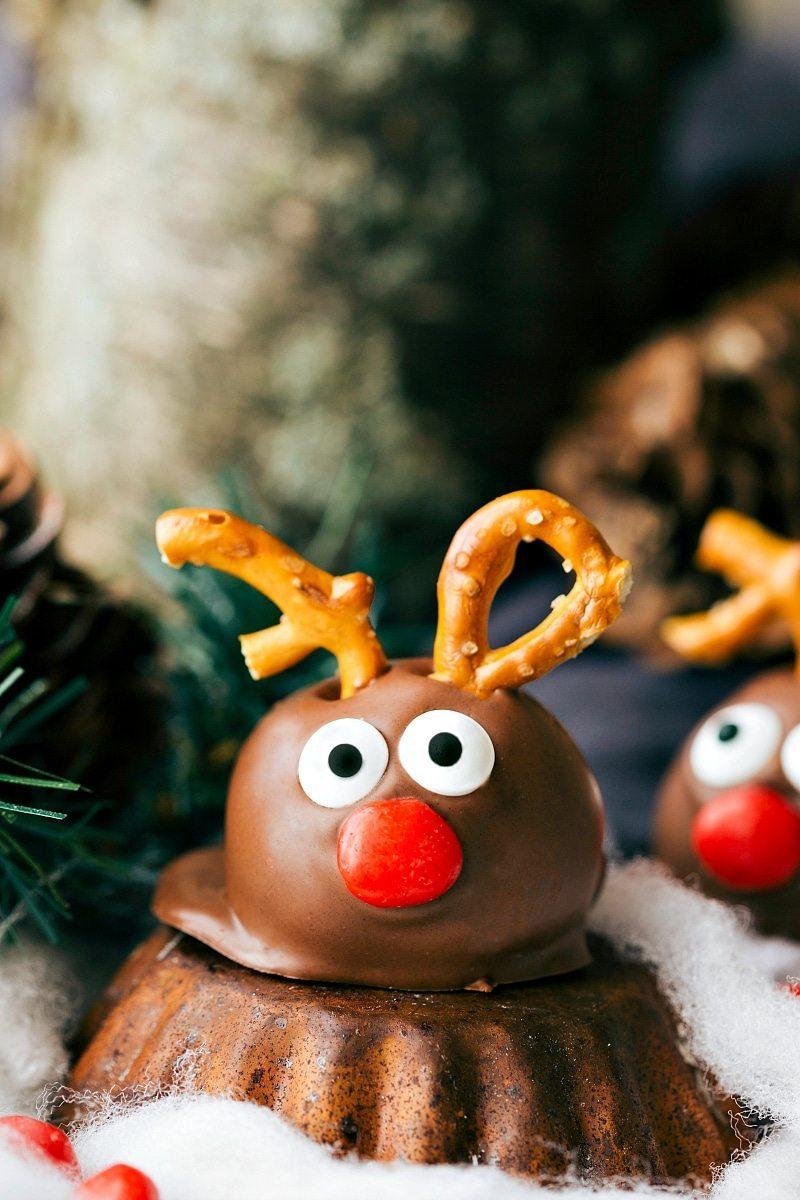 REINDEER OREO TRUFFLE plus four other easy oreo ball recipes for Christmas I via chelseasmessyapron.com