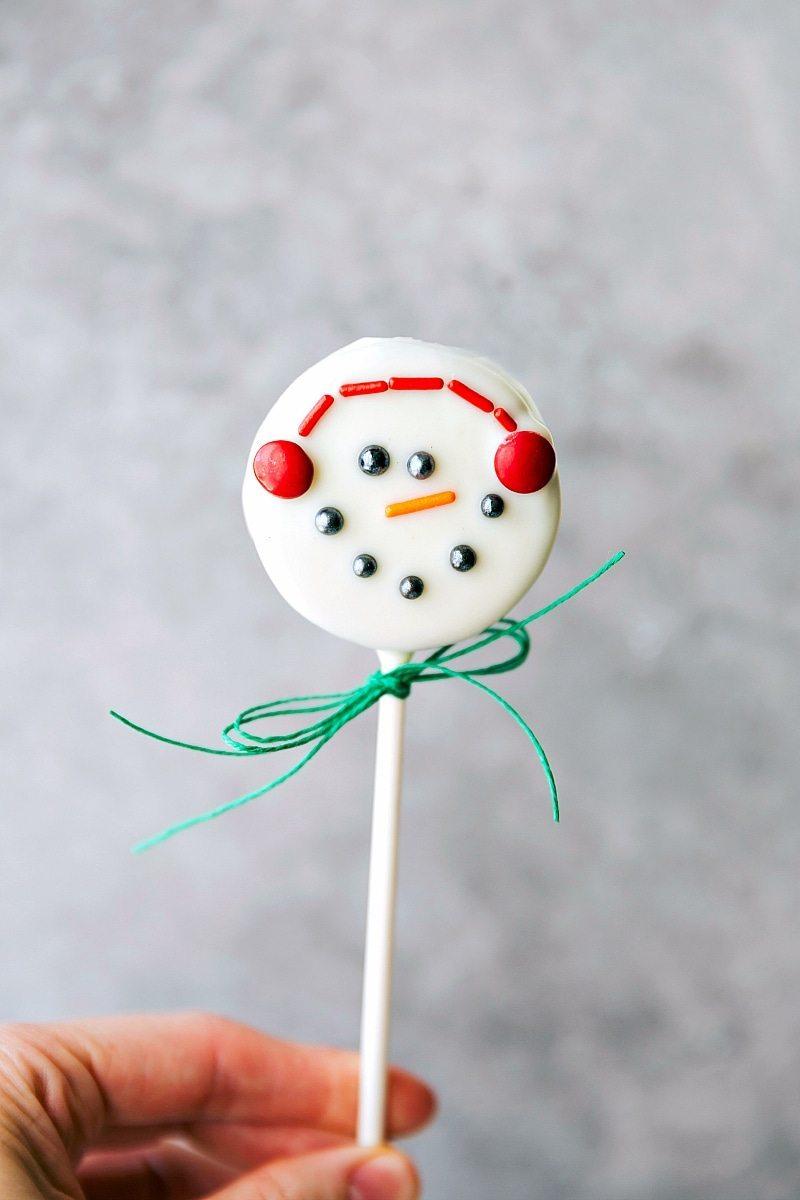 SNOWMAN OREO POP! 4 adorable and simple to make Christmas oreo pops: a snowman, a Christmas tree, an ornament, and a polar bear. via chelseasmessyapron.com