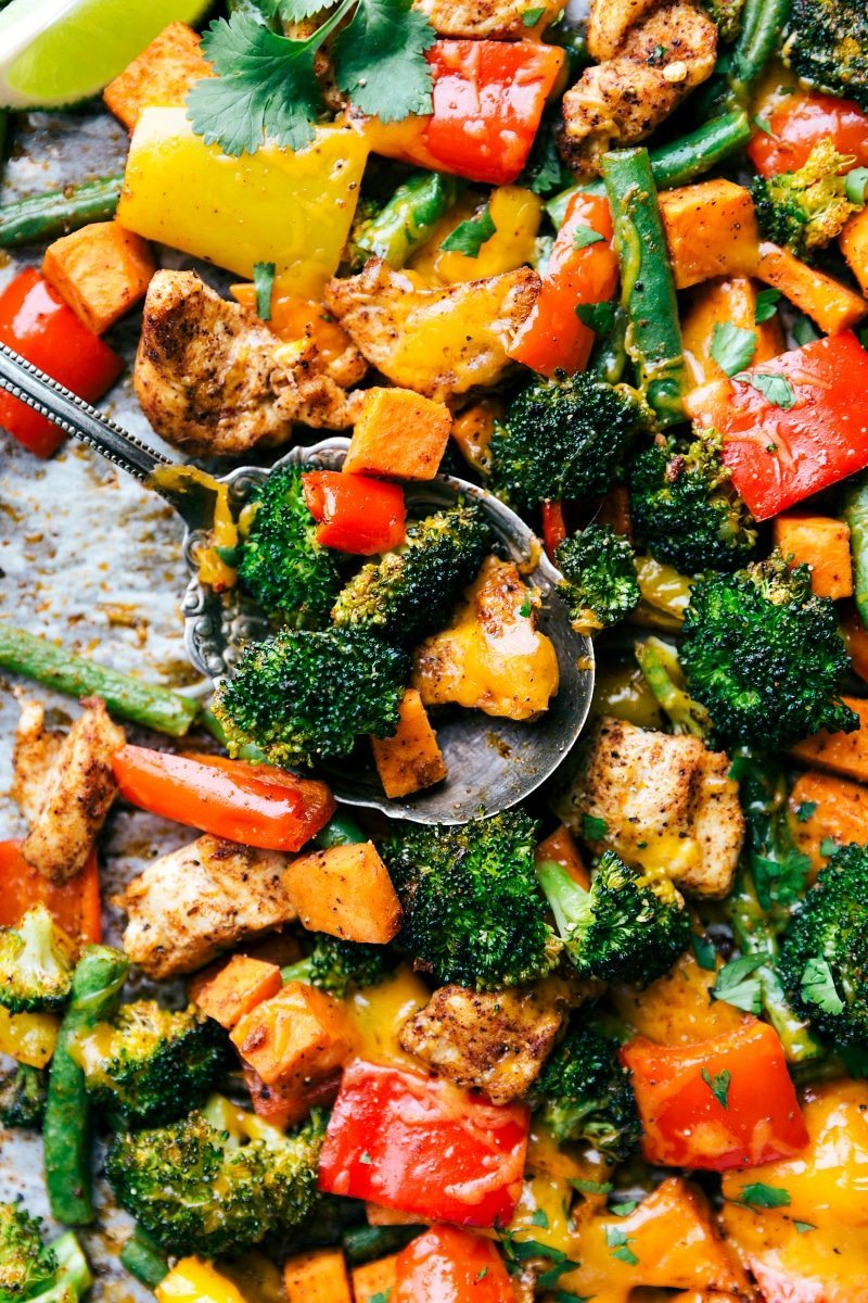 One Pan Healthy Chicken and Veggies - a great healthy way to meal prep for the week! I Recipe via chelseasmessyapron.com