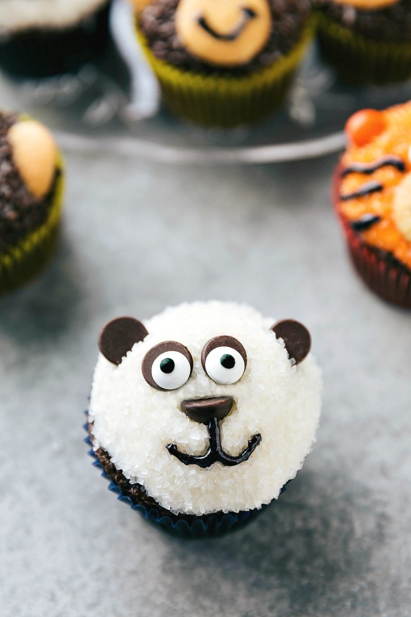 EASY JUNGLE CUPCAKES! Four simple and easy to make animal jungle cupcakes -- a zebra, monkey, tiger, and a panda. From chelseasmessyapron.com