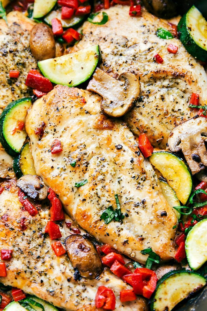 Easy Italian Chicken and Veggies is a delicious meal the whole family will love! This restaurant quality dish is one you'll want to make over and over again! I via chelseasmessyapron.com