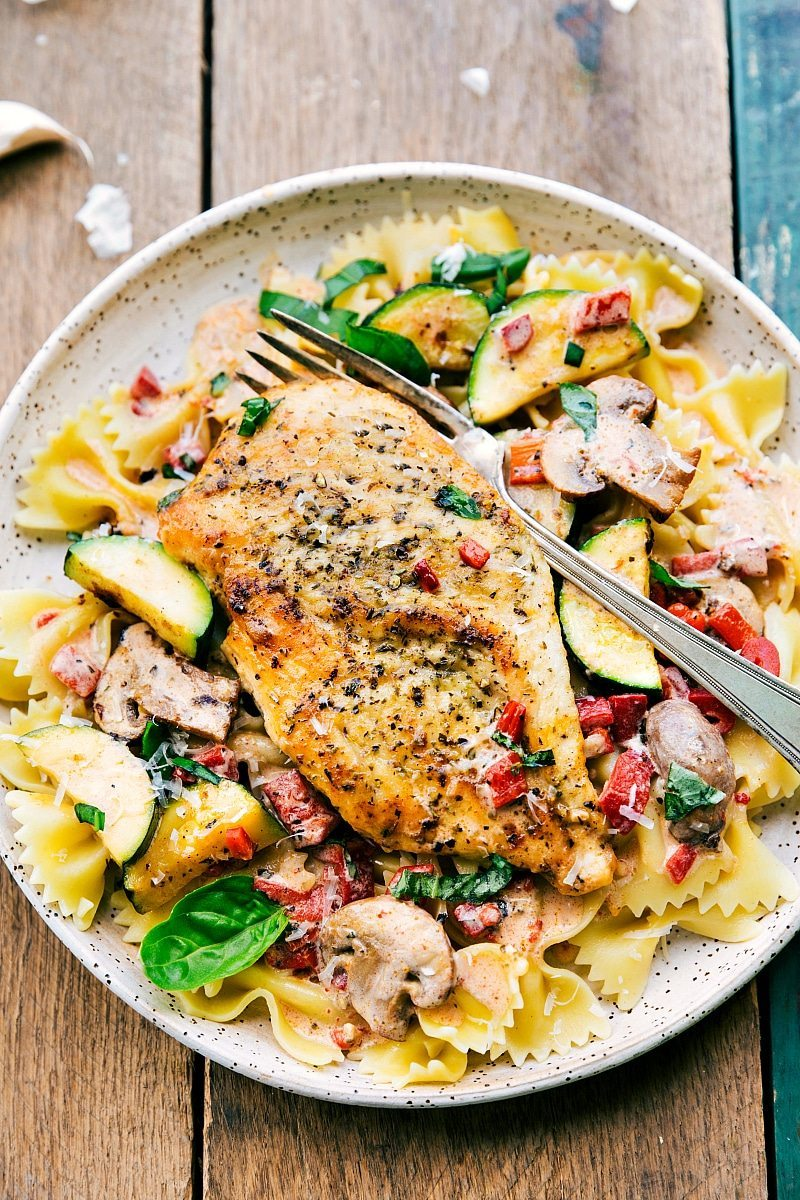 Italian Chicken and Veggies I Easy Italian Chicken and Veggies is a delicious meal the whole family will love! This restaurant quality dish is one you'll want to make over and over again! via chelseasmessyapron.com