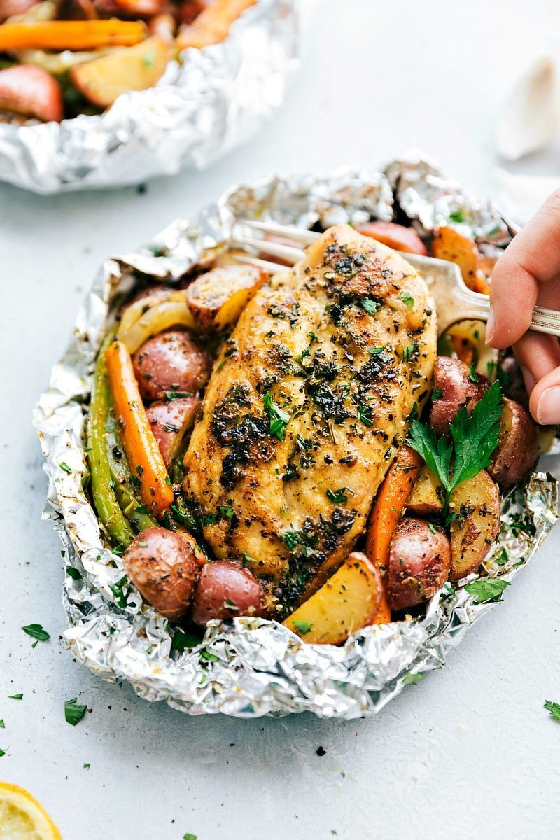 Simple, easy, healthy, and little clean-up: Tin Foil Italian Chicken and Veggies! I chelseasmessyapron.com