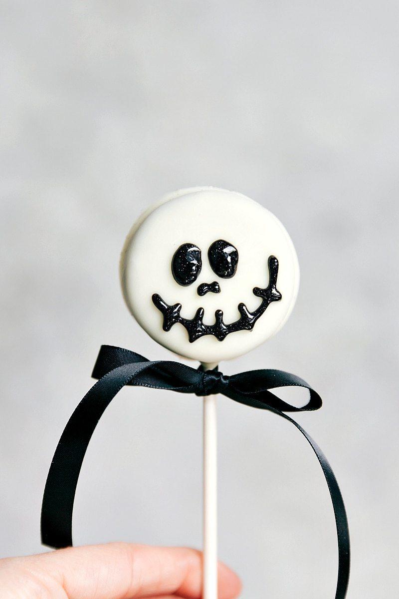 SKELETON OREO POP! Simple Halloween Oreo Pops -- Spider Oreo Pops, Skeleton Oreo Pops, Frankenstein Oreo Pops, and Monster Oreo Pops I chelseasmessyapron.com