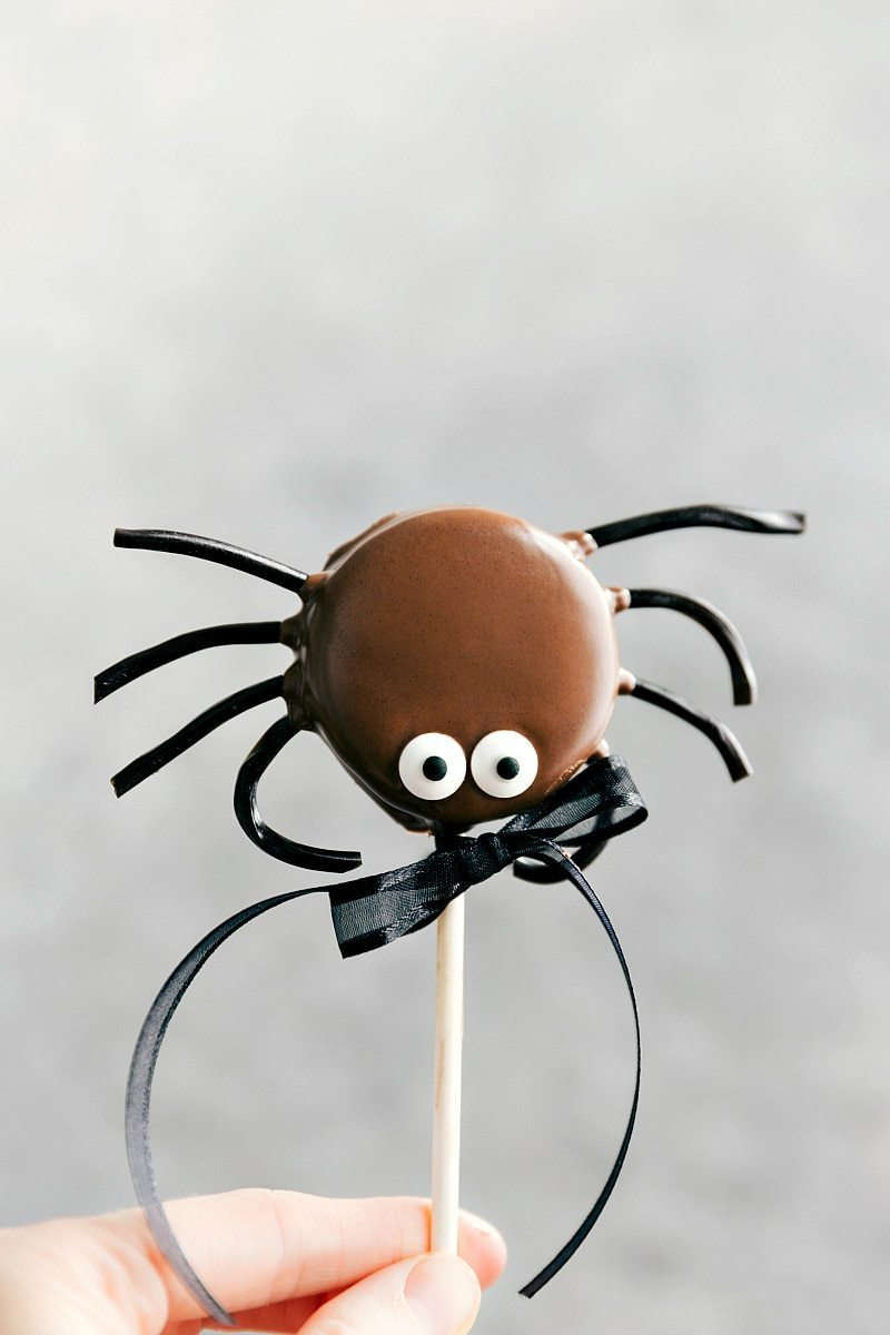 SPIDER OREO POP! Simple Halloween Oreo Pops decorated for Halloween -- Spider Oreo Pops, Skeleton Oreo Pops, Frankenstein Oreo Pops, and Monster Oreo Pops I chelseasmessyapron.com