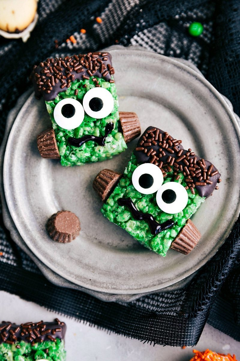 FRANKENSTEIN KRISPIES TREATS | 5 super easy Halloween treats -- mummy cookies, graveyard pudding cups, Frankenstein krispies, pumpkin krispies, and double-sided Halloween sandwich cookies  I chelseasmessyapron.com