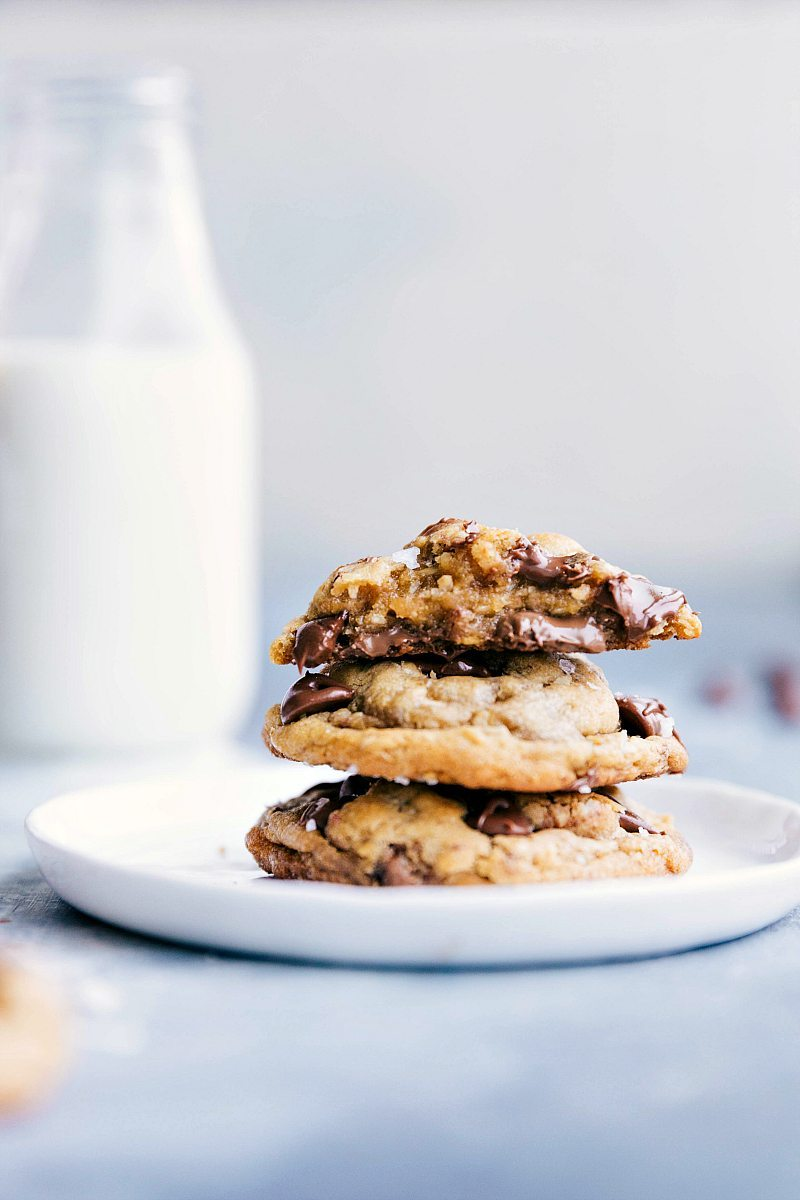 The ultimate BEST EVER brown butter chocolate chip cookies! Everyone goes CRAZY for these! Recipe via chelseasmessyapron.com | #browned #butter #chocolate #chip #cookies #best #dessert #treat #easy #oat #oatmeal #chocolatechips