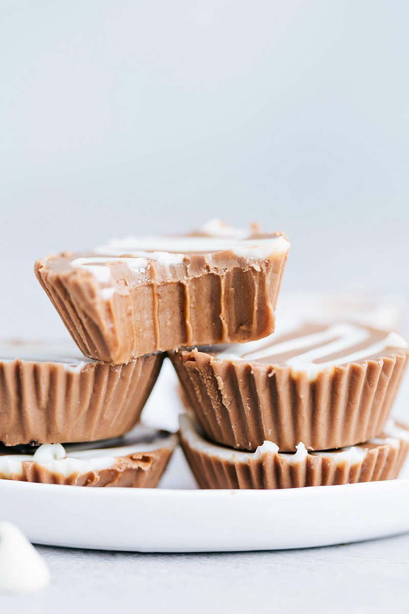 The ultimate BEST EVER easy NO BAKE treats: thin mint cups, no bake peanut butter bars, cookie butter meltaways, and turtle bars via chelseasmessyapron.com | #nobake #dessert #treat #easy #quick #few #ingredients #bake #christmas #holiday #turtle #mint #thinmint #biscoff #cookiebutter #best